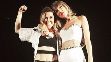 "Taylor Swift Brings Rachel Platten On Stage & Sings ""Fight Song"""