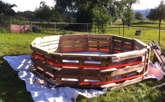 Make Your Own Swimming Pool From 9 Pallets!