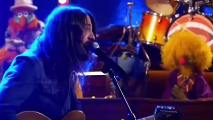 "Dave Grohl Performs ""Learn To Fly"" With The Muppets"
