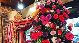 People Are Decorating Their Christmas Trees With Flowers and the Results Are Beautiful