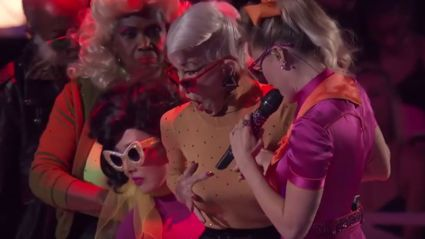 Miley Cyrus brings out elderly dancers for 'Younger Now' VMA performance
